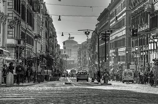 Roma, una passeggiata in via Nazionale