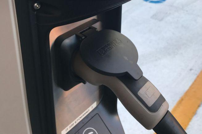 Auto elettriche, a Torino 10 nuove colonnine di ricarica evway